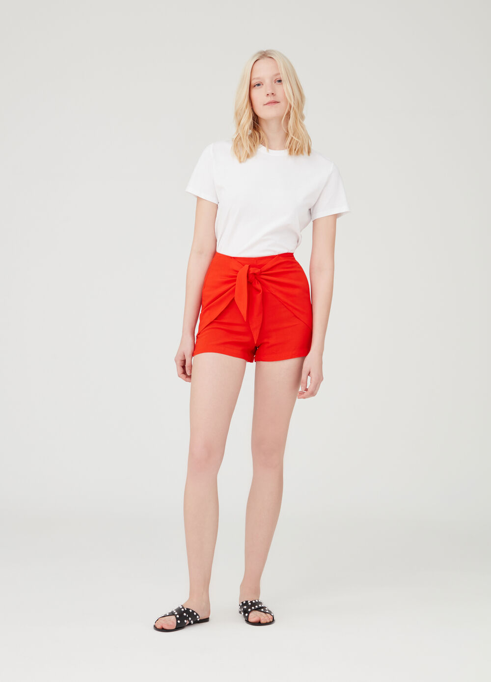 Shorts in 100% viscose with side inserts.