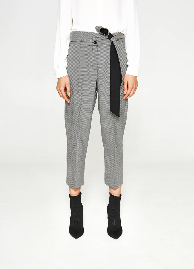 Hound's tooth cropped trousers with crease.