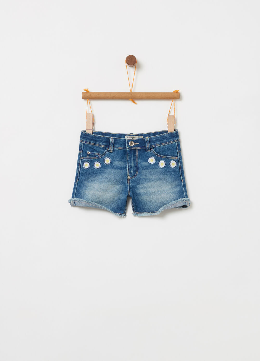 Washed denim shorts with daisies