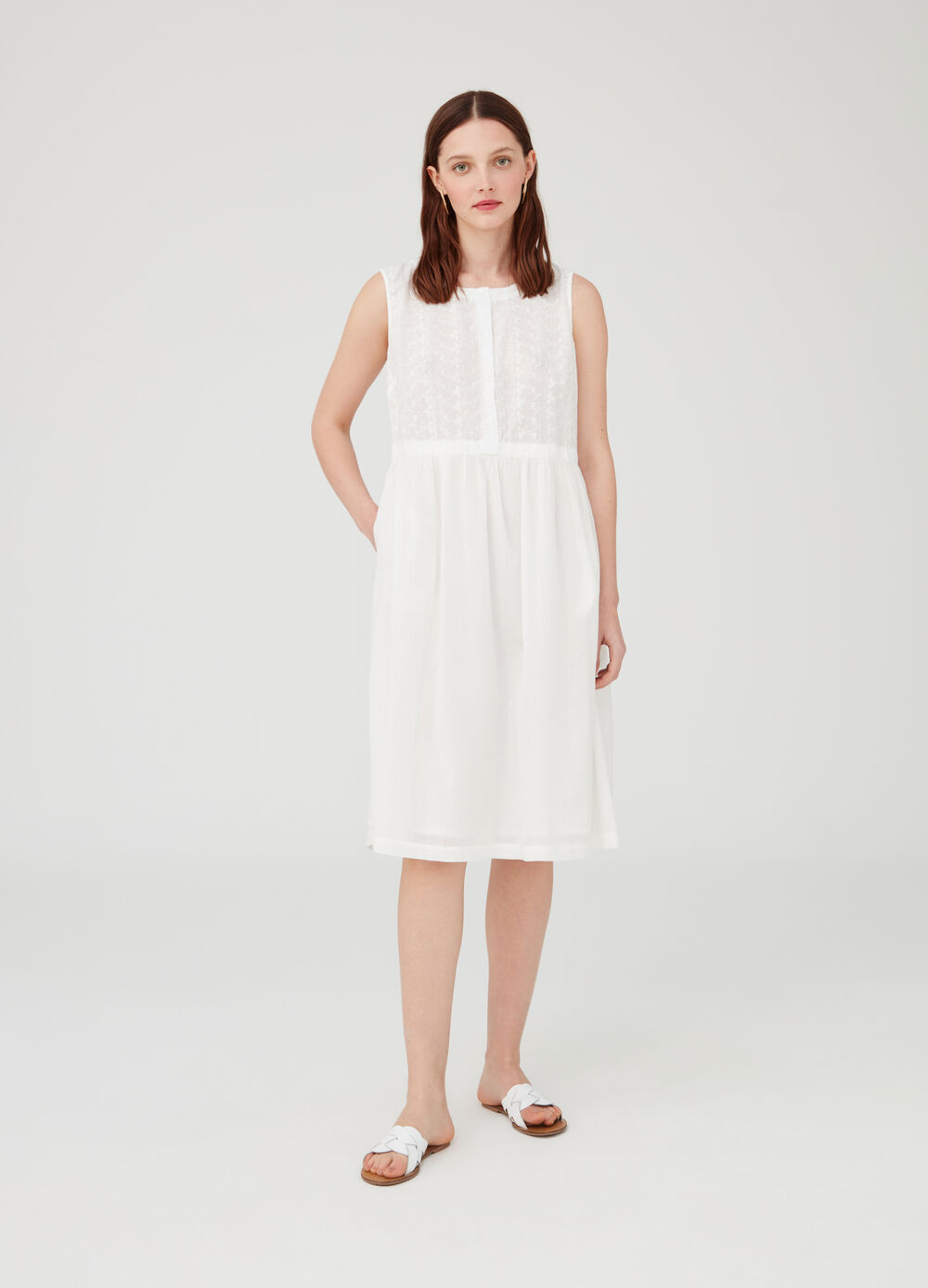 Sleeveless dress with laces and pockets