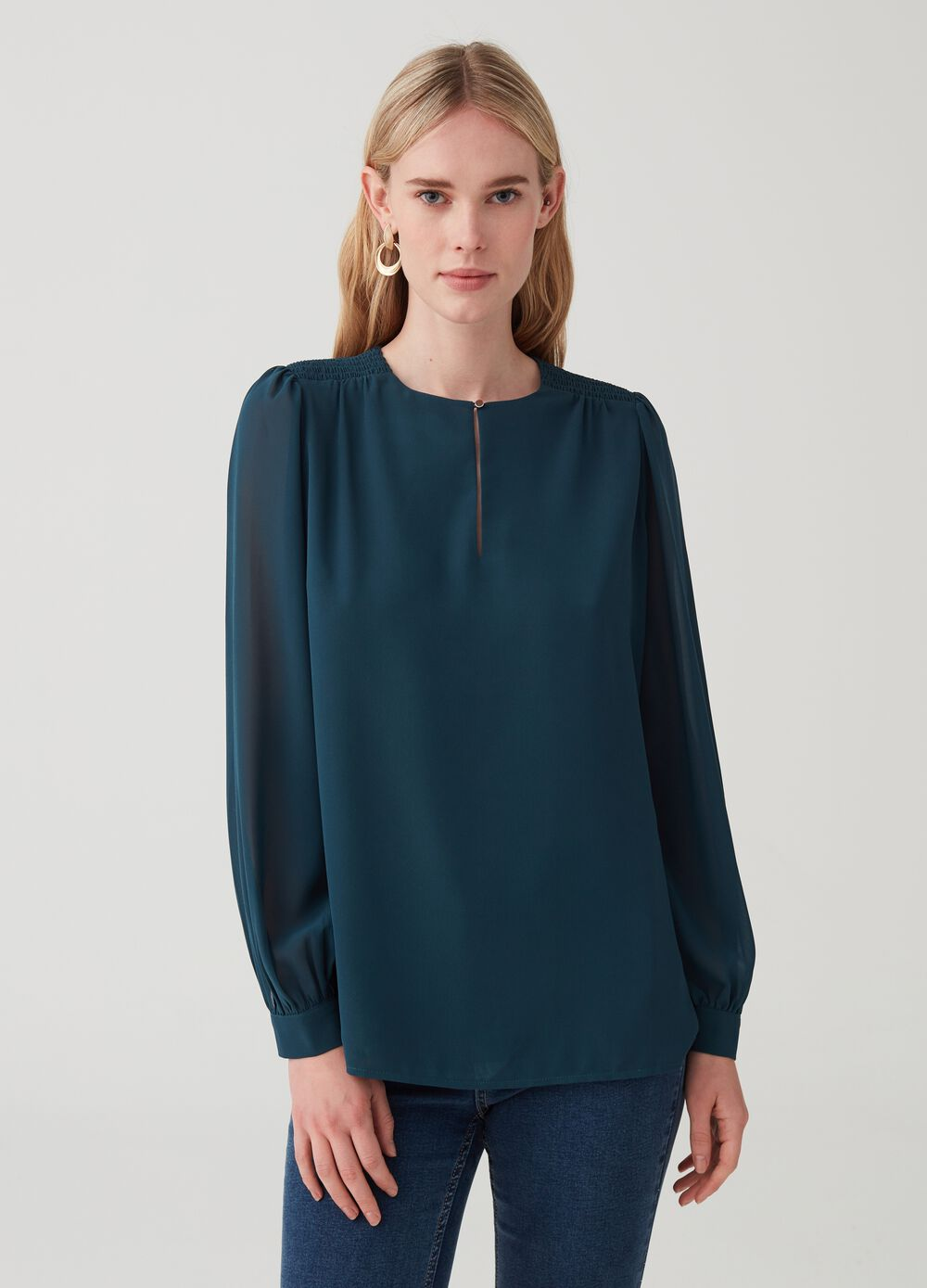 Blouse with wide sleeve and gathering