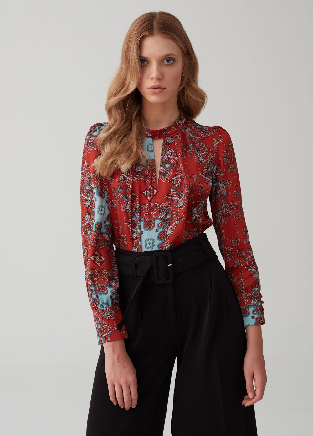 Blouse with long sleeves and gathering