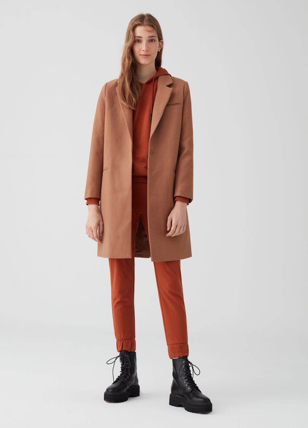 Coat with lapels, pockets and button