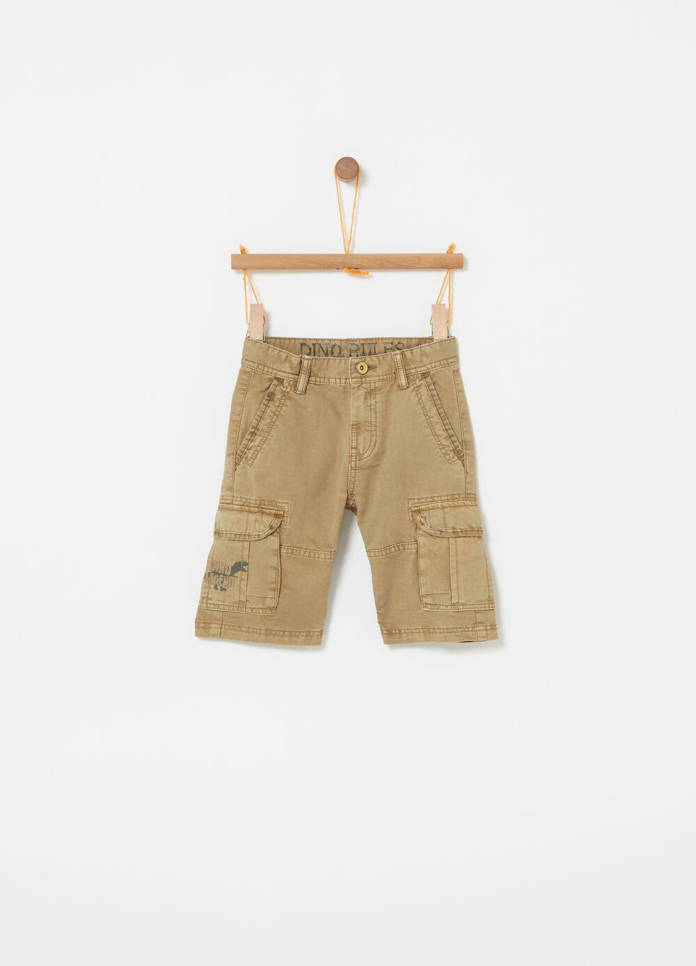 Solid colour cargo shorts with print