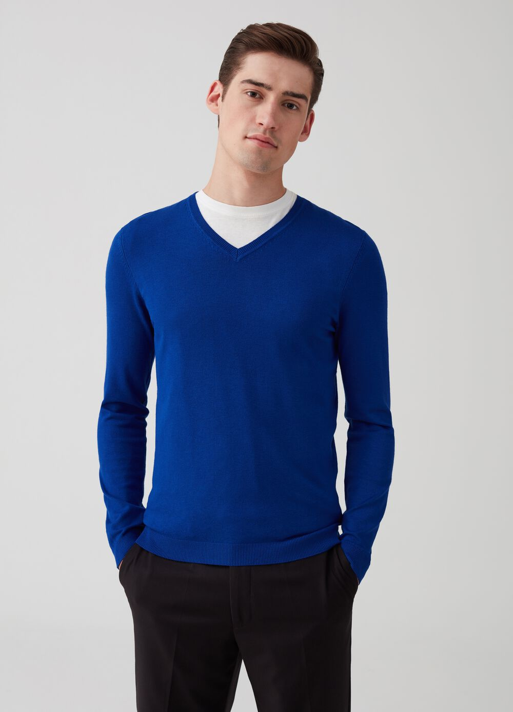 Solid colour ribbed pullover with V neck