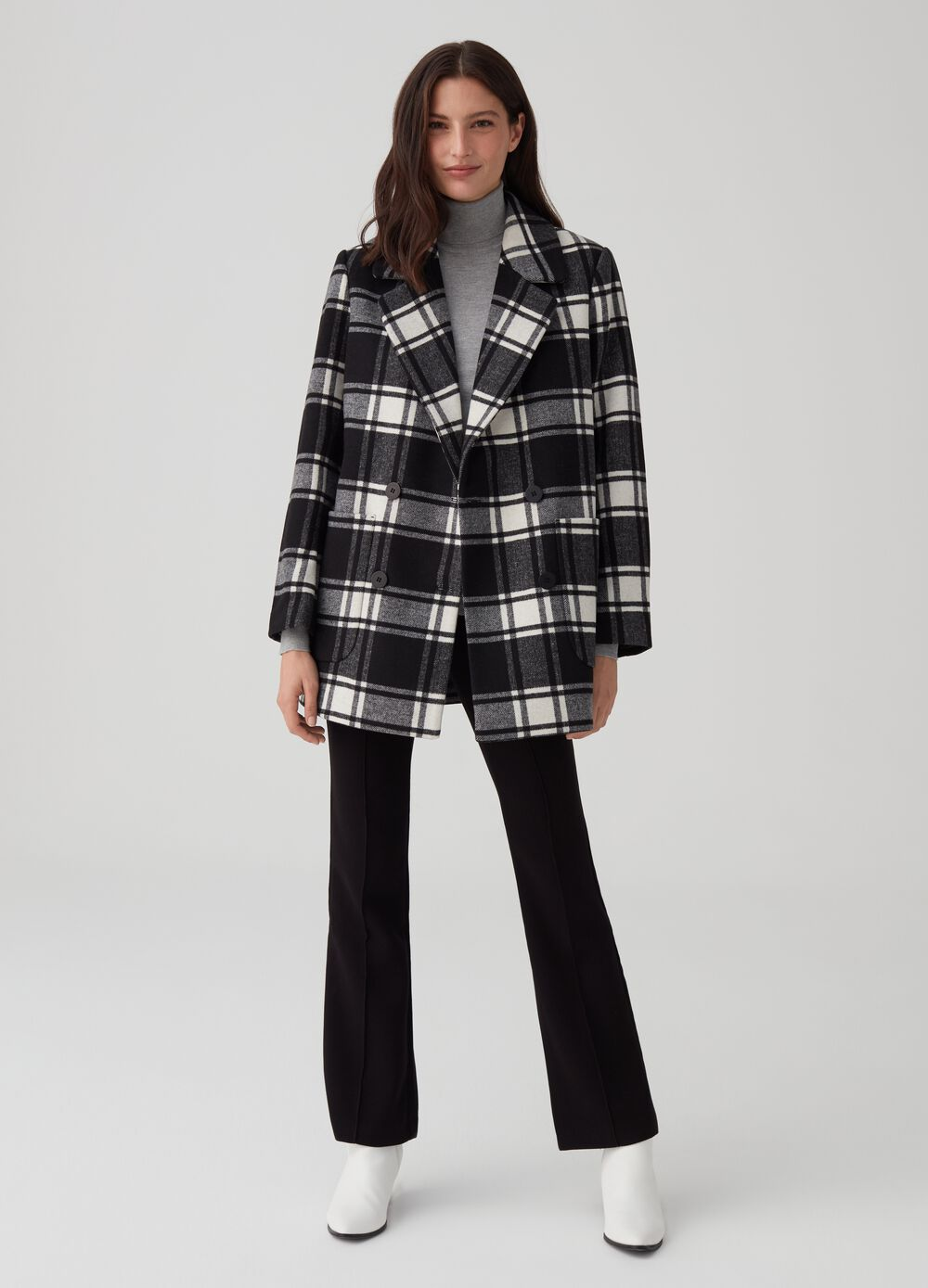 Coat with lapels and check pattern