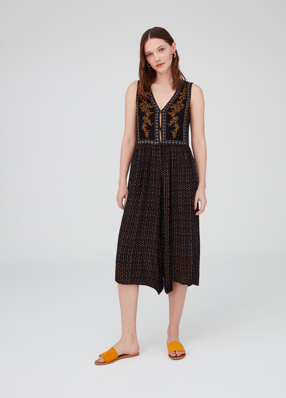 Sleeveless dress with embroidery and pattern