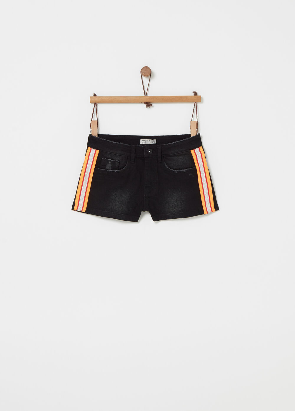 Shorts with striped tape and fringed edges