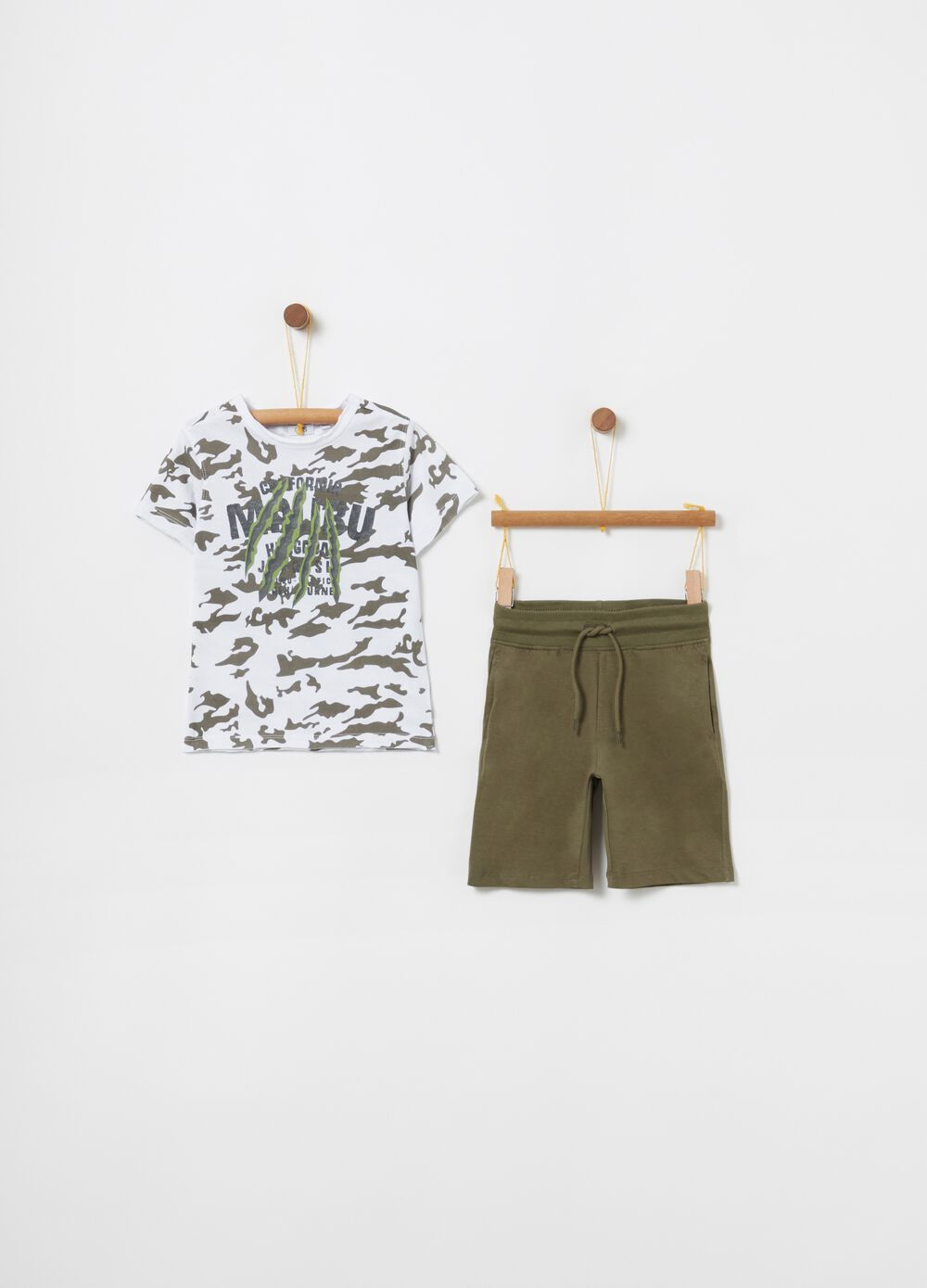 Pack jogging camiseta camuflaje y shorts