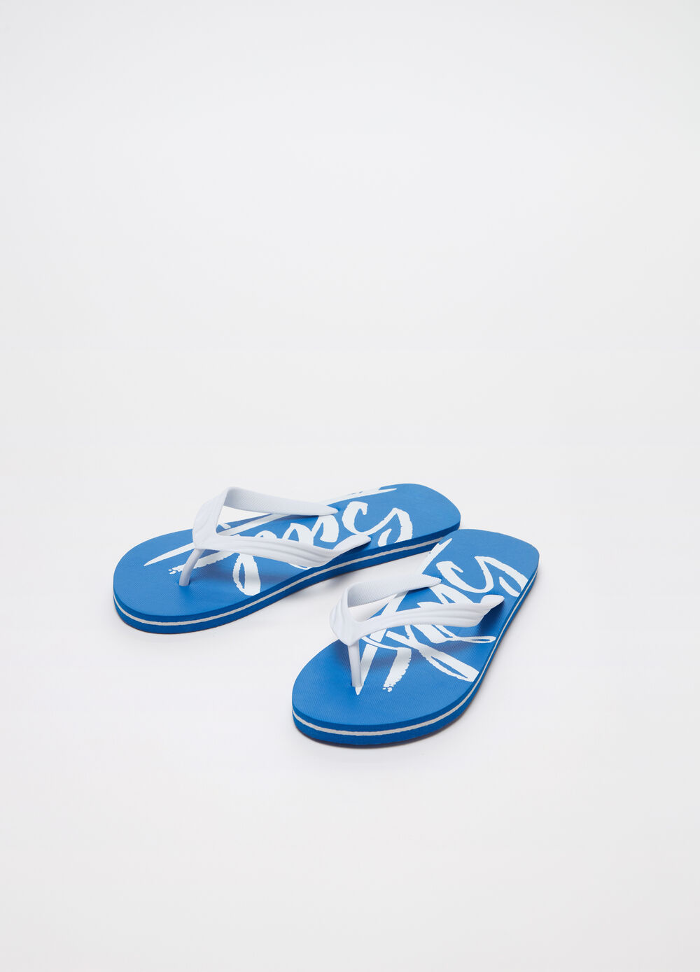 Flip flops with striped weave on the printed string