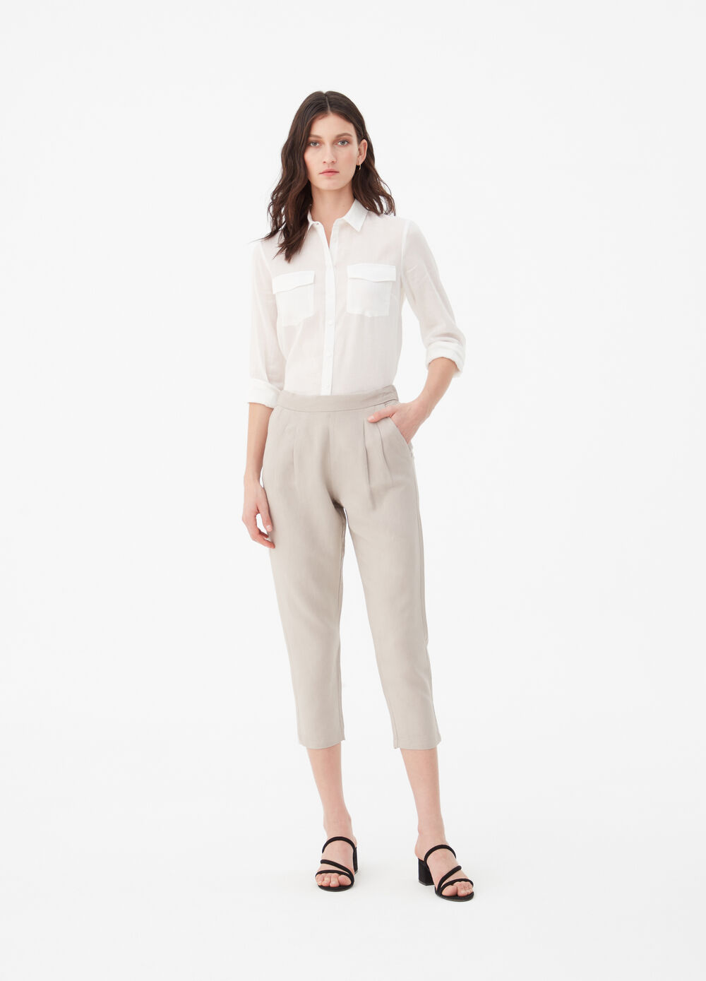 Carrot fit trousers with welt pockets.