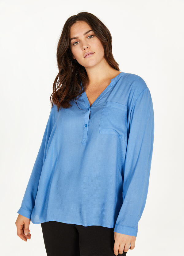 Curvy blouse with interwoven pattern