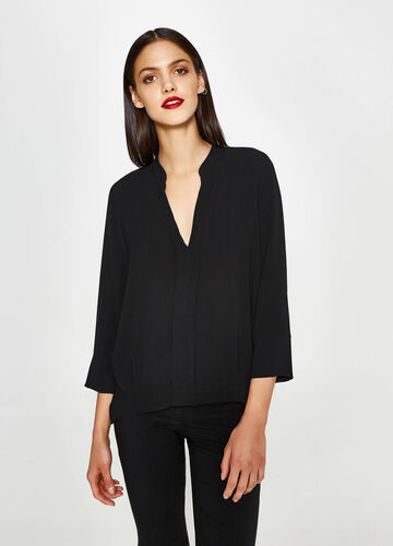Stretch blouse with three-quarter sleeves.