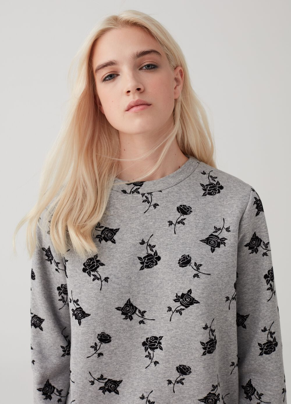Sweatshirt with round neck and floral pattern